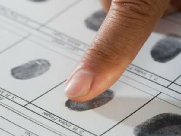 В загранпаспорта россиян с 2015 года будут вносить электронные отпечатки пальцев