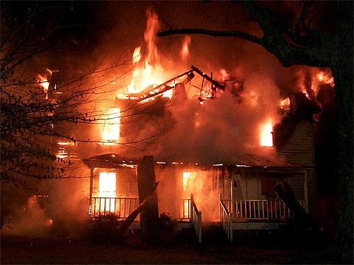 При пожаре в Алтайском крае погибли двое взрослых и четверо детей