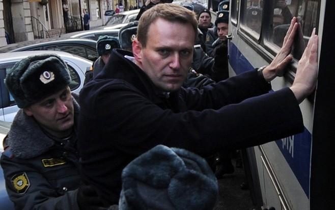 Навального закидали яйцами в Сибири.