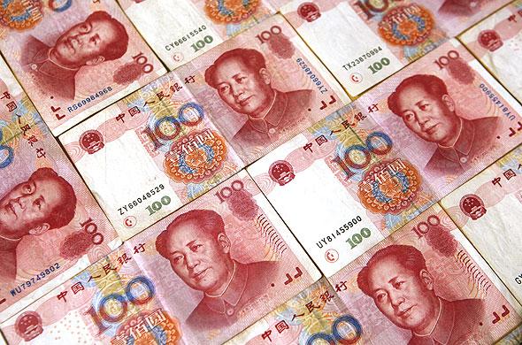 Юань и рубль копают яму доллару.