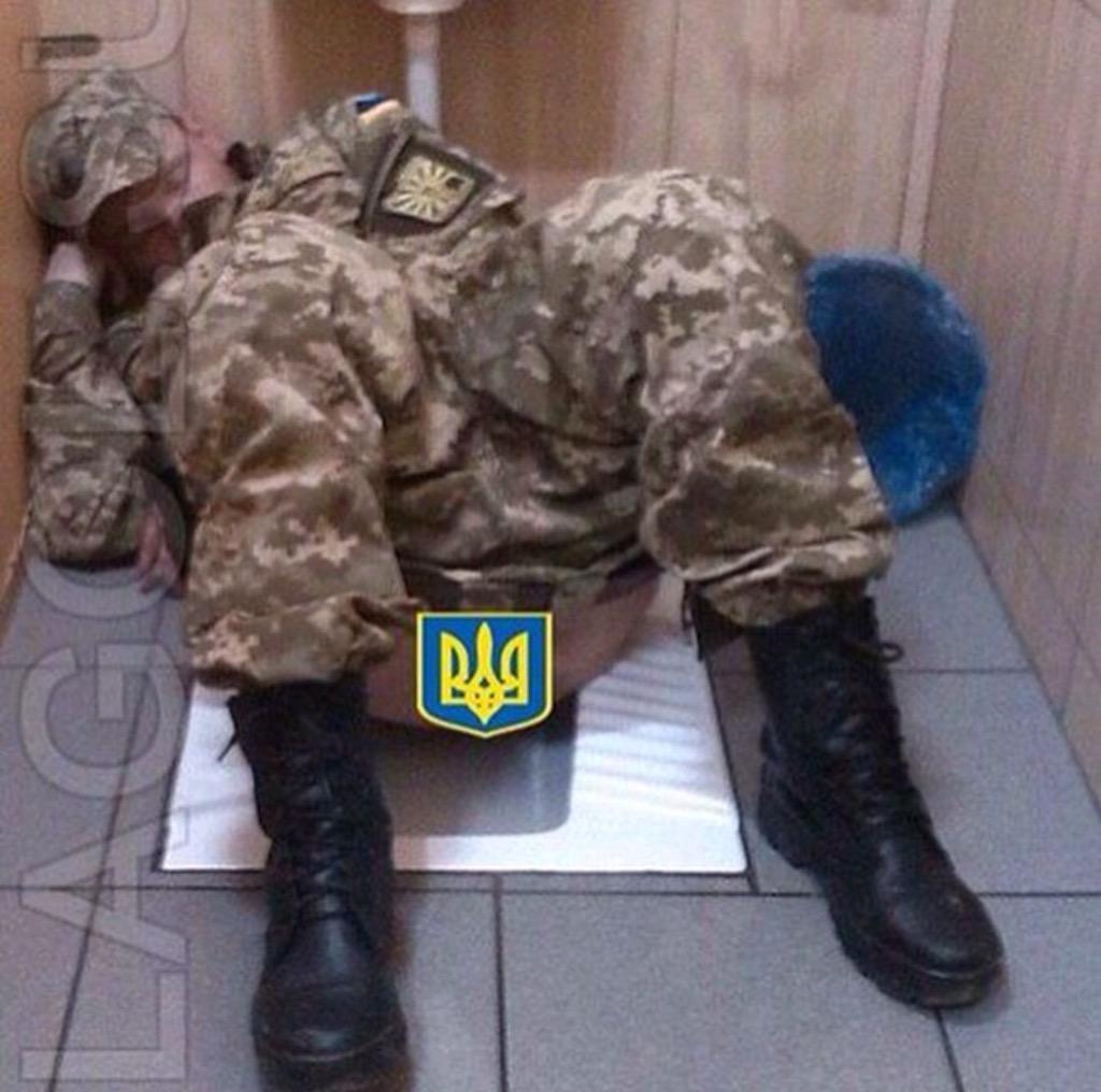 Солдаты в мужском туалете 13 фотография