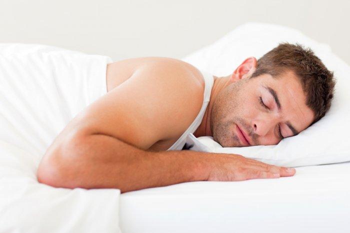 Кардиолог объяснил, опасно ли для сердца спать на левом боку