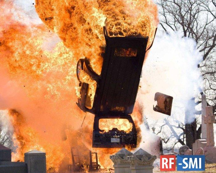 Украинский военный грузовик подорвался на мине
