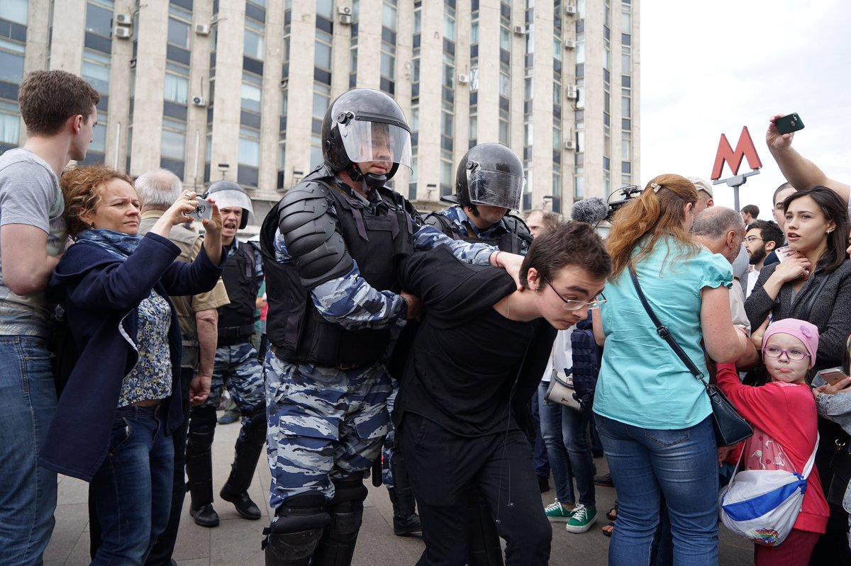 МВД: на несогласованном митинге в Москве задержаны 1074 человека