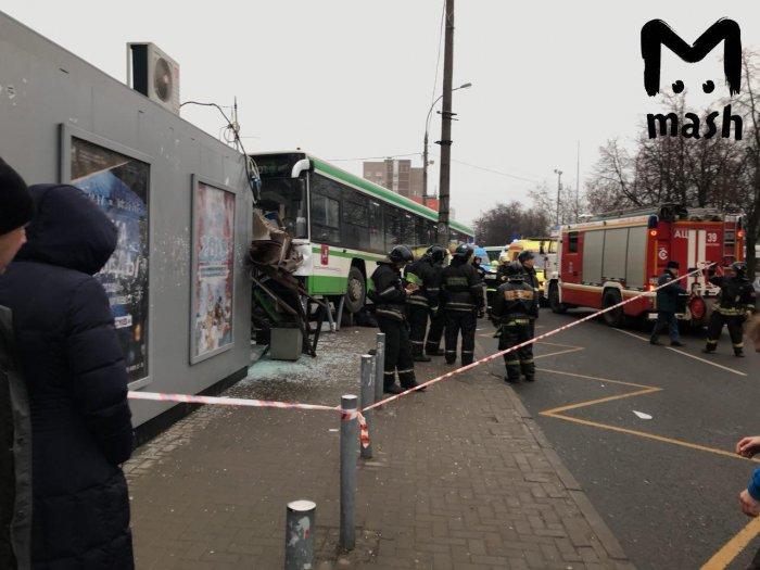 Автобус въехал в остановку на Сходненской ул. в Москве