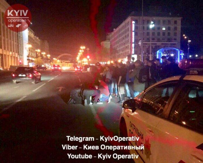 На Майдане Независимости напали на полицейского и угнали его машину