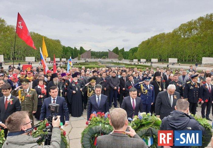 В Берлине иностранные послы возложили цветы к памятнику советскому солдату