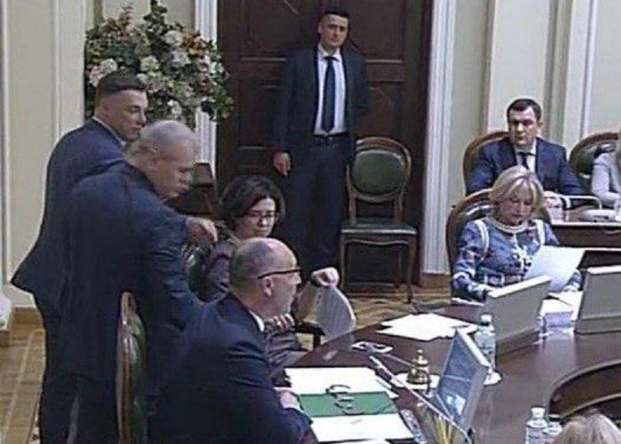 Парубию на заседании Верховной Рады вручили наручники