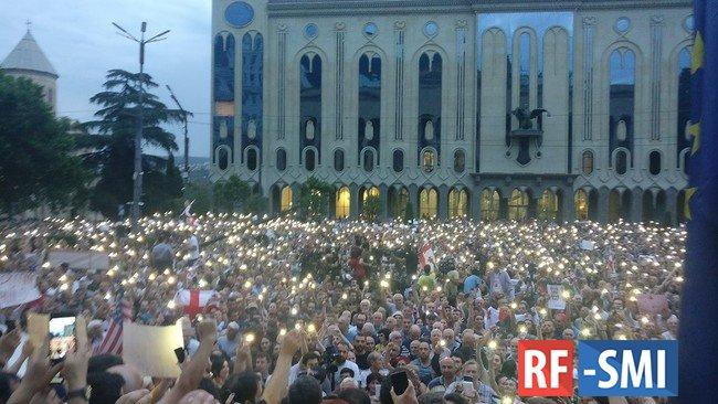В Грузии оппозиция начала штурм парламента