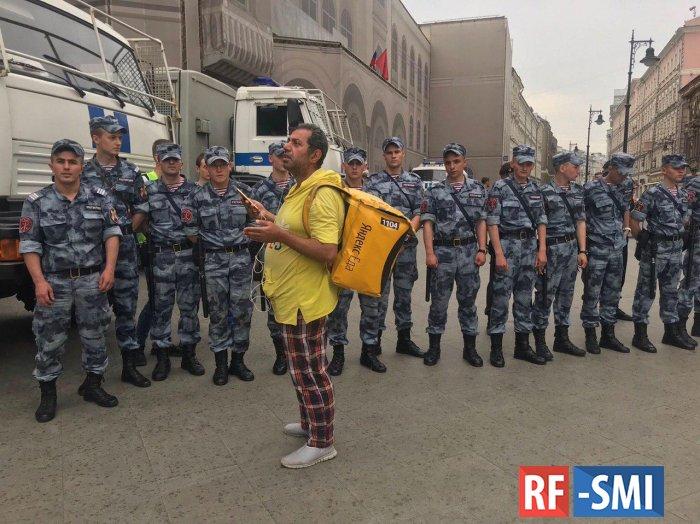 На шествии в честь Голунова задержан Алексей Навальный