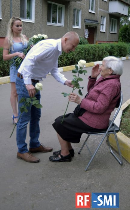 Подмосковный депутат весь день дарил женщинам розы