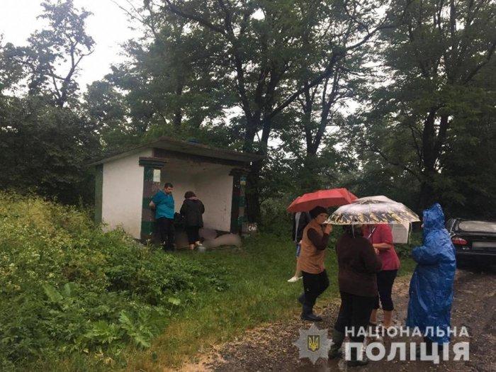 Под Ивано-Франковском молния попала в остановку и убила троих мужчин
