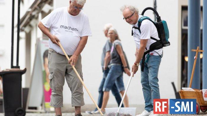 Немецкие пенсионеры начали собирать окурки - ради экологии
