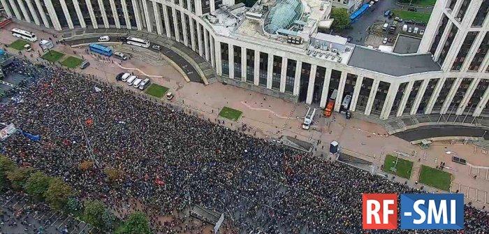 На разрешенный митинг в центре Москвы пришло порядка 25-30 тысяч человек