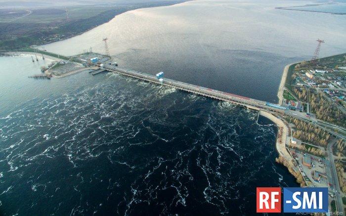 Двое рыбаков 10 часов продержались на арматуре Саратовской ГЭС