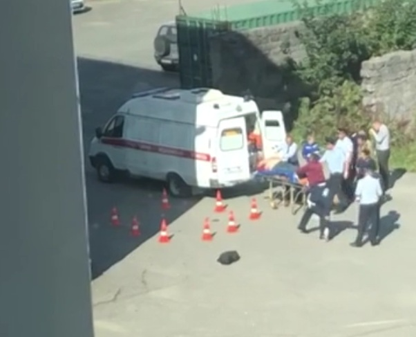 В Южно-Сахалинске погиб сотрудник ГИБДД, выпавший из окна на месте работы