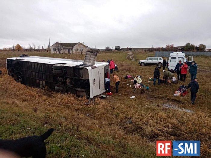 Пассажирский автобус  опрокинулся на трассе в Нижегородской области.
