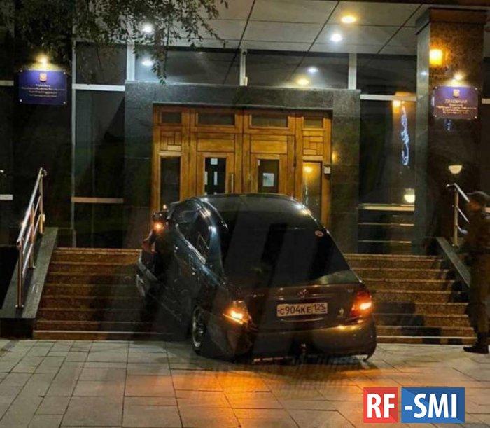 Случайное нападение на здание ФСБ совершено во Владивостоке