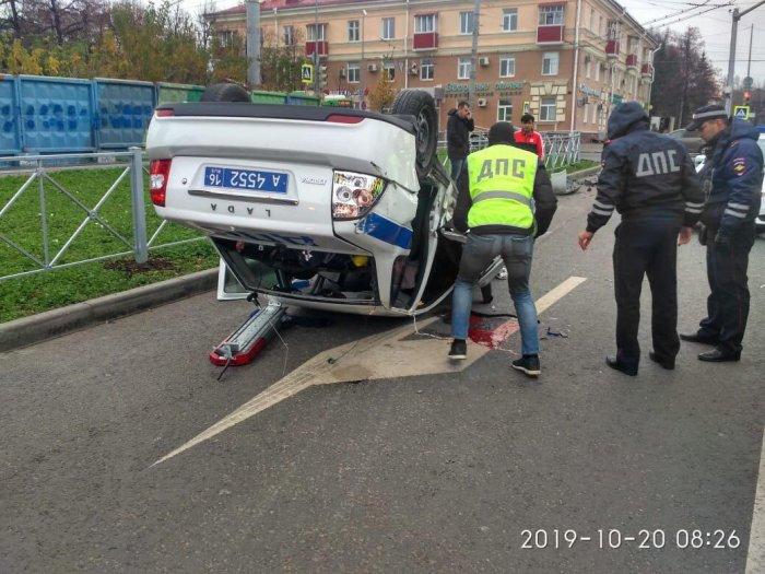 В Казани в аварии перевернулась автомашина ДПС. Водитель травмирован