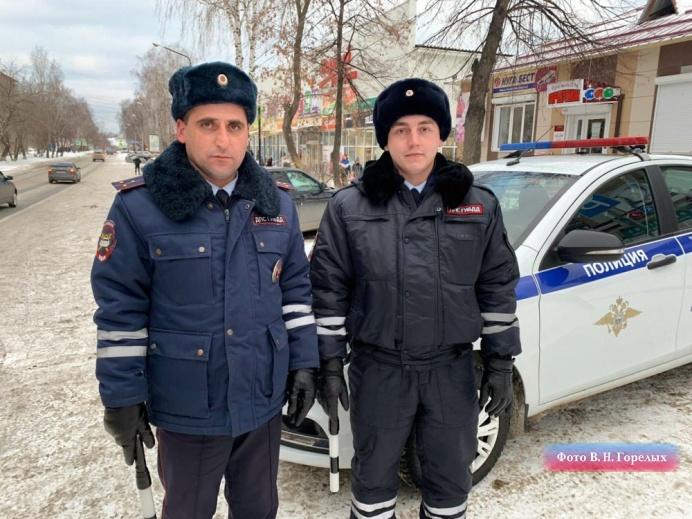 На свердловской трассе полицейские спасли девушку