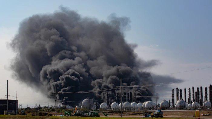 Восемь человек пострадали при взрывах на химическом заводе в Техасе