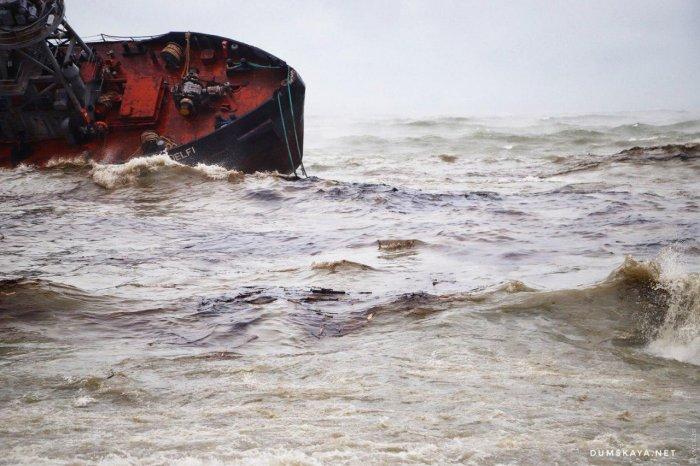 Около Одессы терпит бедствие и почти затонуло грузовое судно