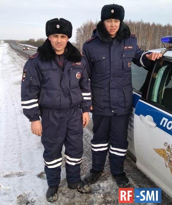 В Татарстане сотрудники ГИБДД помогли замерзающей на трассе семье