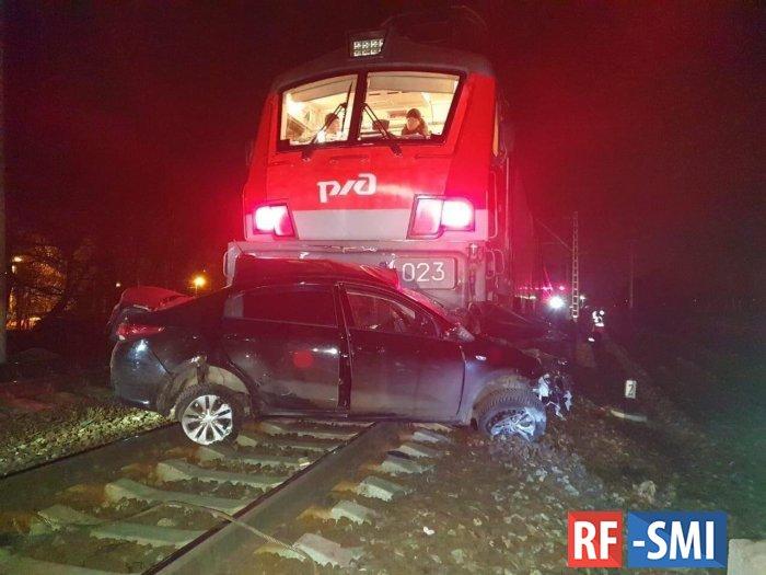 В Воскресенске рано утром поезд протаранил легковой автомобиль
