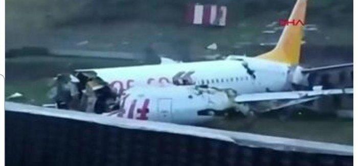 В Стамбуле самолет выкатился за пределы взлетной полосы и загорелся