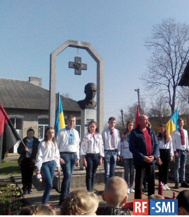 Имени фашиста: школа и турнир по настольному теннису на Украине