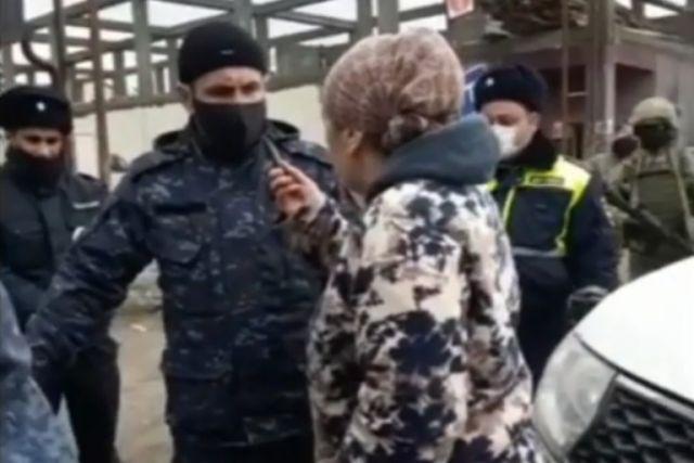 Жительница Кизляра напала на полицейского