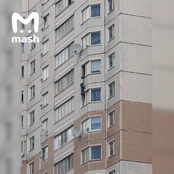 Полиция спасла вывалившегося из окна высотки москвича