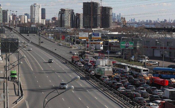 На въездах в Москву образовались пробки в первый день пропускного режима