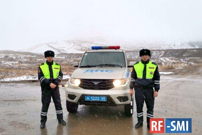 Двое полицейских спасли мужчину в Томаринском районе