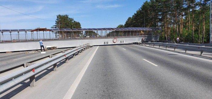 На трассу около Тюмени упал пешеходный мост