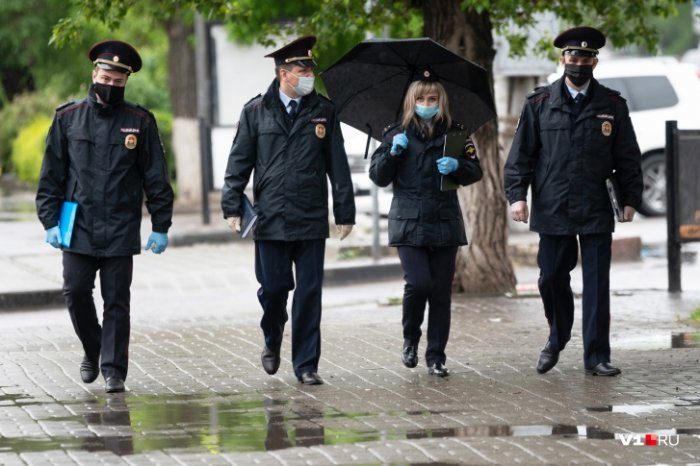 Двое полицейских заразились COVID-19 во время проверки изолированных волгоградцев