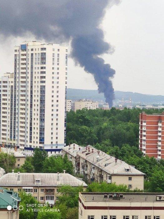 Крупный пожар тушат на кирпичном заводе в Екатеринбурге