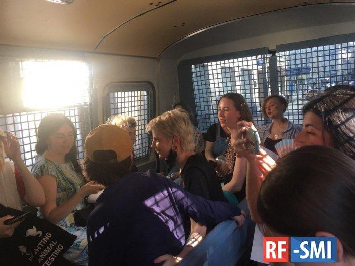 Полиция задержала в Москве участниц пикетов в защиту Юлии Цветковой