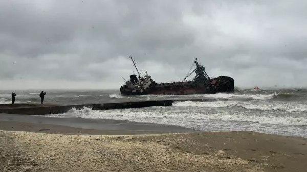 """В Одессе восьмой месяц не могут убрать затонувший танкер """"Delfi"""""""