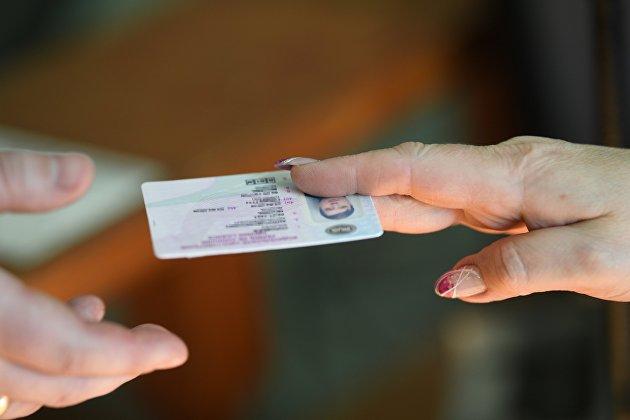 Водительские права нового образца начнут выдавать в России в августе