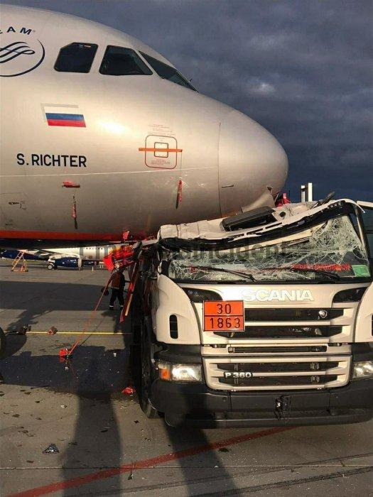 В аэропорту Шереметьево бензовоз въехал в самолёт «Аэрофлота»
