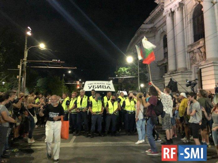 В Болгарии участники антиправительственных протестов заблокировали ведущее в Грецию шоссе