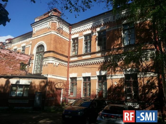 Реставрация или штраф: суд обязал владельца исторических казарм в Петергофе отремонтировать памятник