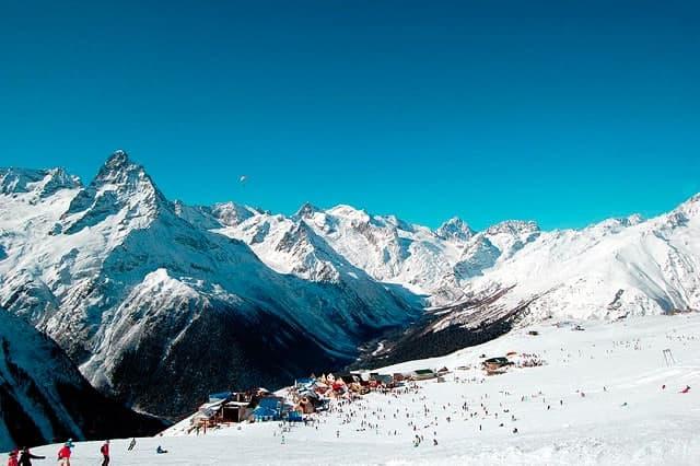 На горнолыжной трассе в Домбае произошел сход лавины