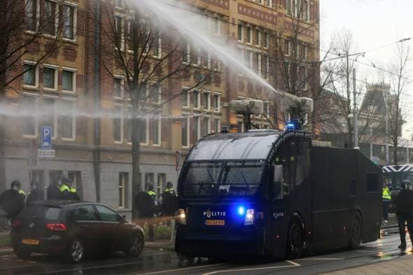 В Нидерландах полиция применила водометы на акциях протеста