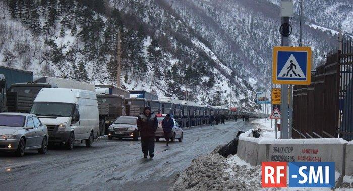 В Грузии на границе с Россией образовалась 10-километровая пробка