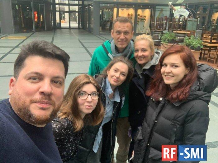 Навальный прибыл в аэропорт Берлина и прошел регистрацию на рейс