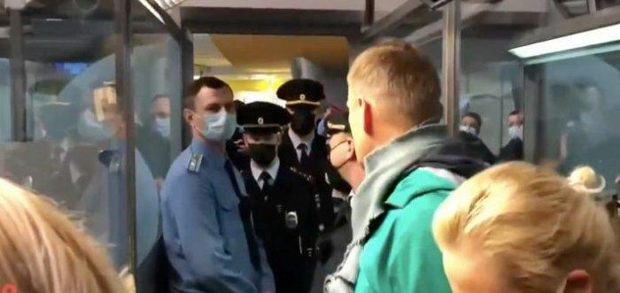 Сотрудники полиции задержали Навального в аэропорту Шереметьево