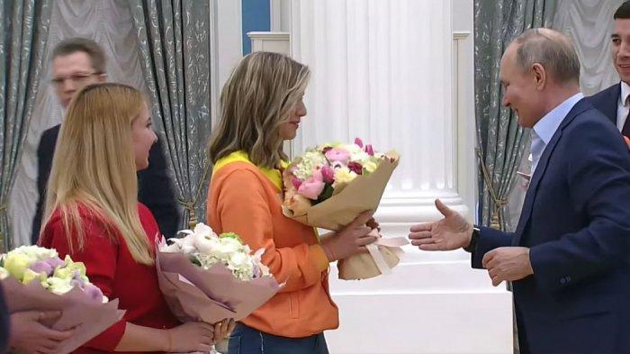 Президент России Владимир Путин поздравил женщин с 8 марта