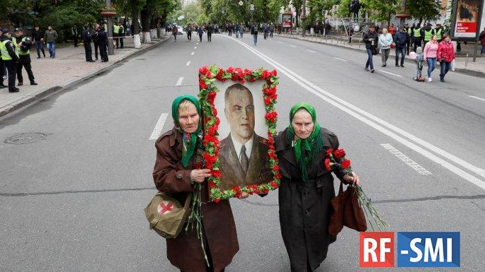 Киевляне отбили у полицаев старушек с портретом маршала Жукова